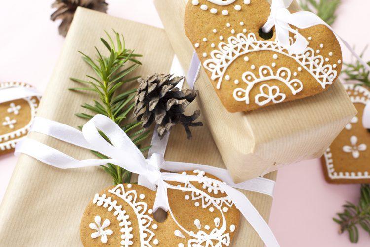 Kreativ julegaveinnpakning med pepperkaker