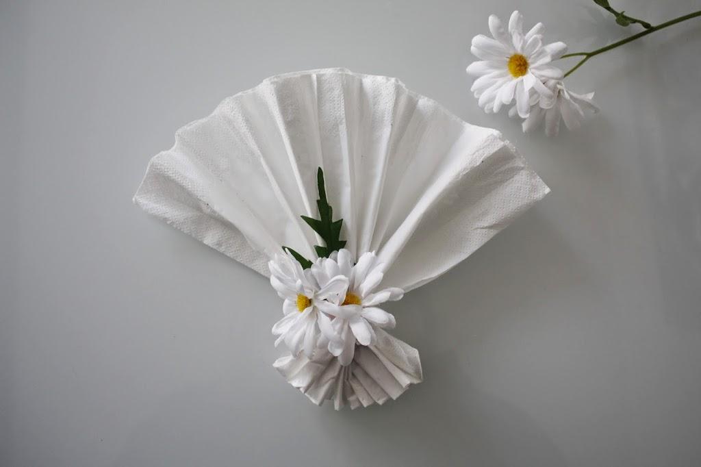 Brett vivfte-serviett med blomst til vårfesten