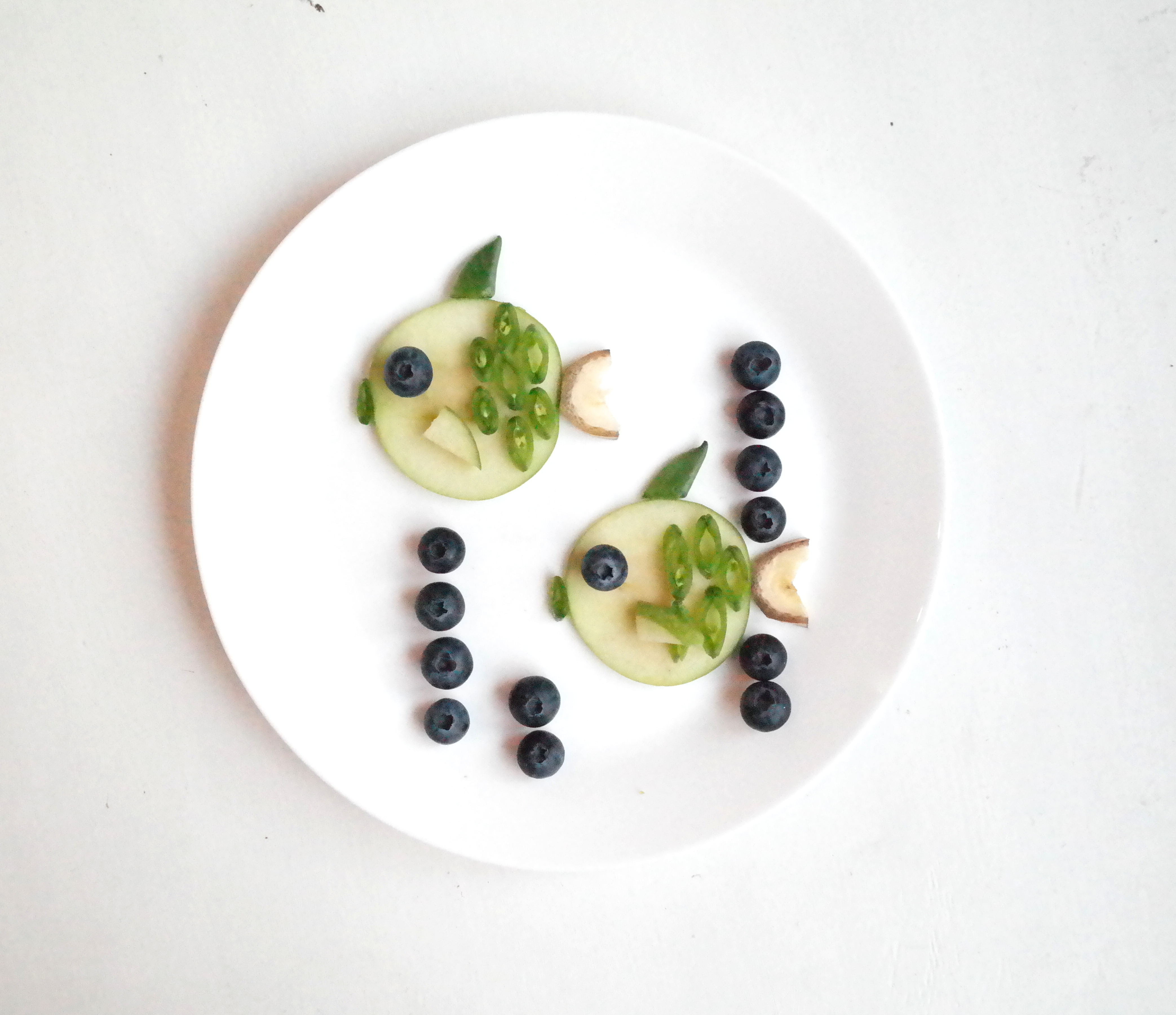Eple-fisk med sukkererter og blåbær