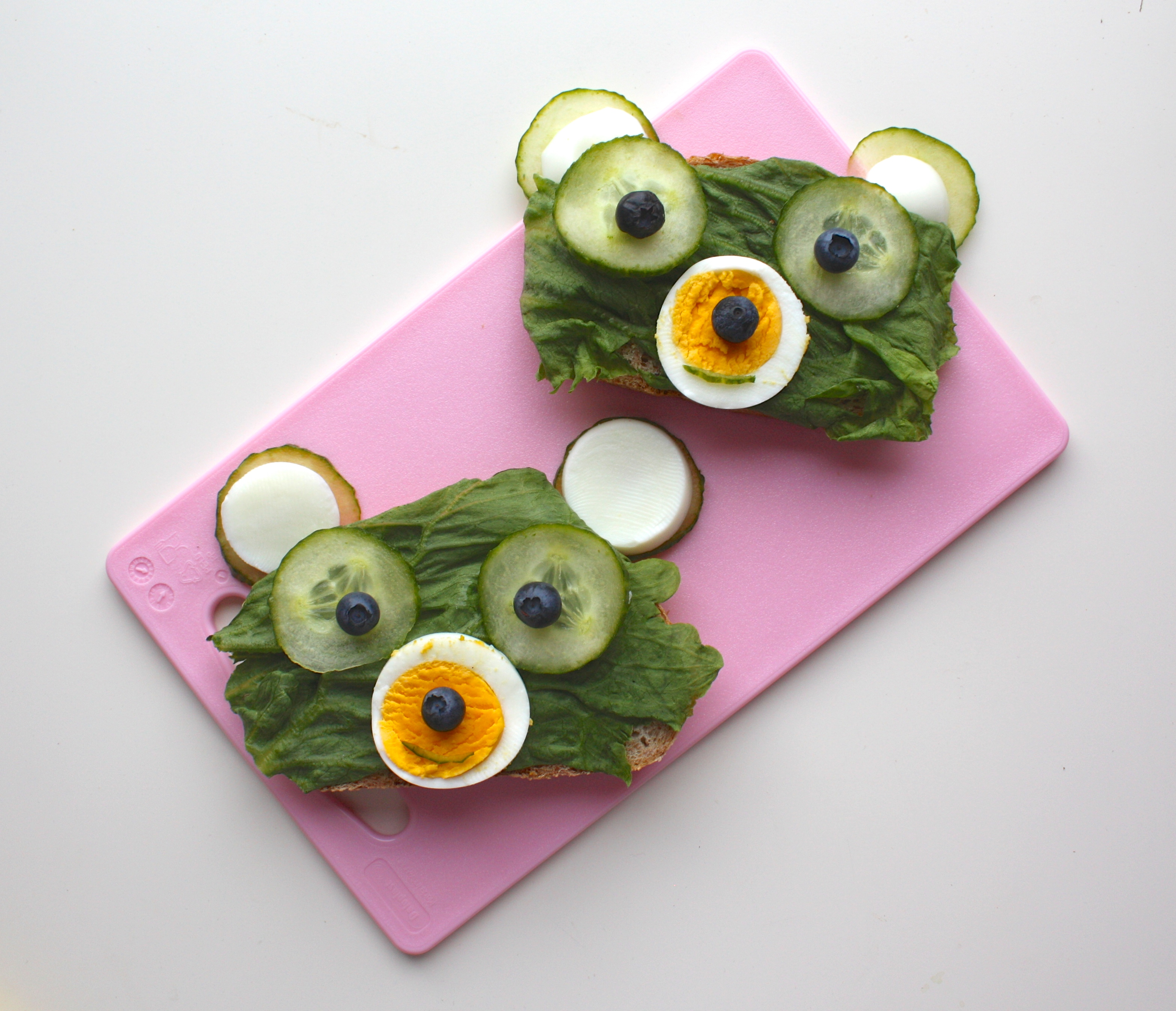 Skive med salat-bamser
